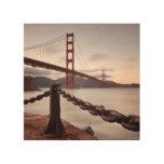 Puente Golden Gate contra las montañas Impresiones En Madera