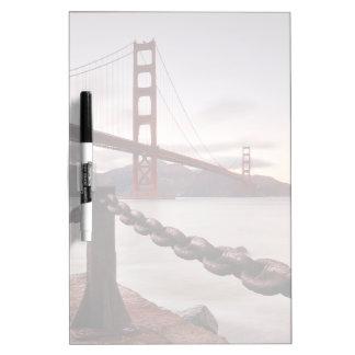 Puente Golden Gate contra las montañas Tablero Blanco
