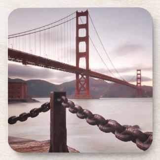 Puente Golden Gate contra las montañas Posavasos De Bebida
