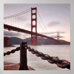 Puente Golden Gate contra las montañas Póster