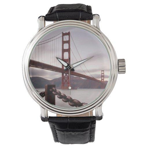Puente Golden Gate contra las montañas Reloj