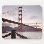Puente Golden Gate contra las montañas Alfombrillas De Ratón