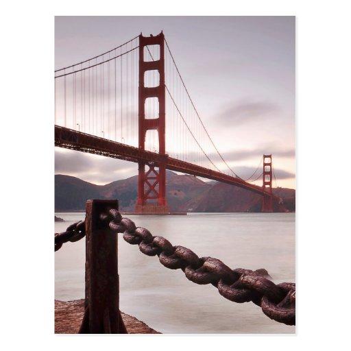 Puente Golden Gate contra las montañas Tarjetas Postales