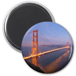 Puente Golden Gate en el imán de la puesta del sol