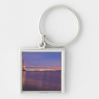 Puente Golden Gate en la oscuridad de la ensenada  Llavero Cuadrado Plateado