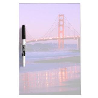 Puente Golden Gate en la playa del panadero en el  Pizarra Blanca