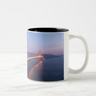 Puente Golden Gate en la taza de la puesta del sol