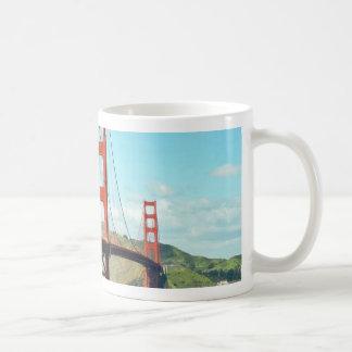 Puente Golden Gate en San Francisco Taza Básica Blanca