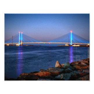 Puente indio del río en el crepúsculo cojinete