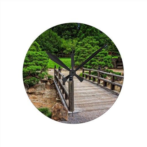 Puente japonés de madera relojes de pared
