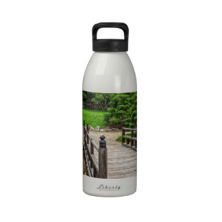 Puente japonés de madera botellas de agua reutilizables