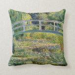 Puente japonés de Monet con la almohada de los lir