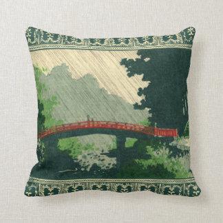 Puente japonés en almohada de la lluvia