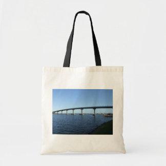 Puente largo hermoso sobre el río bolsa