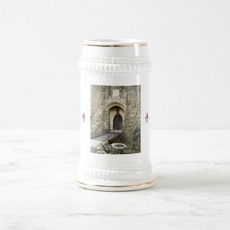 Puente levadizo del castillo jarra de cerveza
