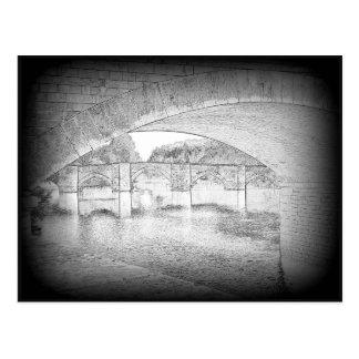 Puente medieval en el sur Gartempe del St Savin Postales