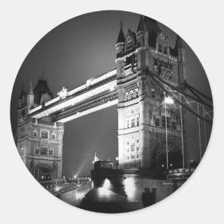 Puente negro y blanco de BW de Londres de la torre Etiquetas Redondas
