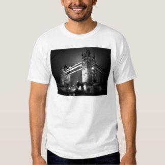 Puente negro y blanco de BW de Londres de la torre Poleras