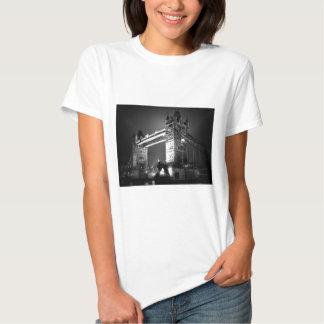Puente negro y blanco de BW de Londres de la torre Remera