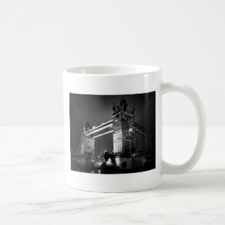 Puente negro y blanco de BW de Londres de la torre Taza Clásica