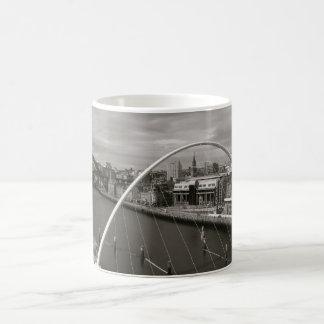 Puente Newcastle del milenio sobre la taza de Tyne