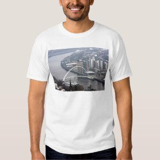 Puente Newcastle del milenio sobre Tyne Camisas