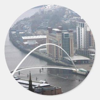 Puente Newcastle del milenio sobre Tyne Pegatina Redonda