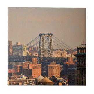 Puente NYC de Williamsburg en un día nublado Azulejo Cuadrado Pequeño
