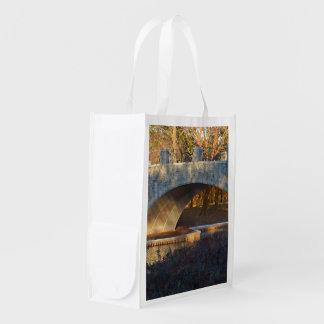 Puente pintado en la puesta del sol bolsa reutilizable