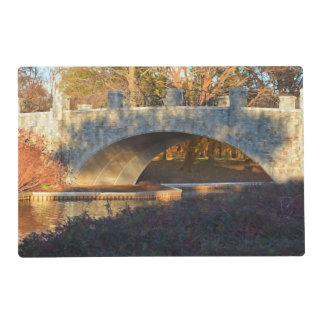 Puente pintado en la puesta del sol salvamanteles
