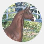 Puente por el caballo del árabe de Monet - de Brow Etiquetas Redondas