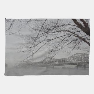 Puente que atraviesa el río Ohio Toalla De Cocina
