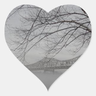 Puente que atraviesa el río Ohio Pegatina En Forma De Corazón