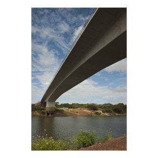 Puente que conecta Guyana con el Brasil sobre Taku Impresión Fotográfica