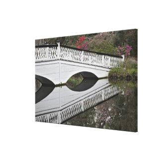 Puente que refleja en la charca, magnolia impresiones de lienzo