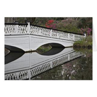 Puente que refleja en la charca, magnolia tarjeton