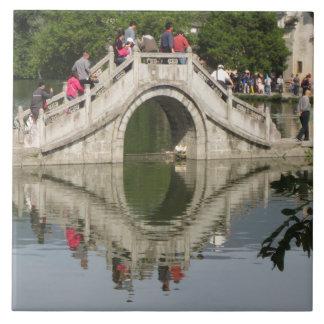 Puente reflejado en el lago azulejos cerámicos