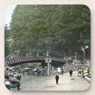 Puente rojo japonés Tokio del vintage Posavasos