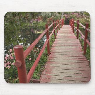 Puente rojo sobre la charca, plantación de la magn tapete de raton