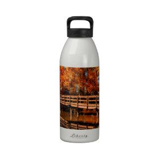 Puente sobre el agua del otoño botella de beber