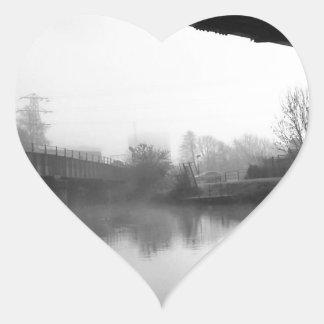 Puente sobre el agua preocupada pegatina en forma de corazón