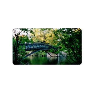 Puente sobre el agua verde etiquetas de dirección