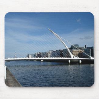 Puente sobre el río de Dublín Irlanda Alfombrilla De Raton
