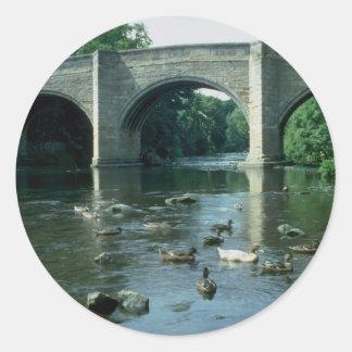 Puente sobre el río Goyt, Baslow, Reino Unido Pegatina Redonda