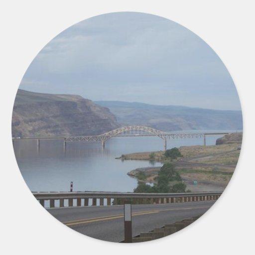 Puente sobre el río pegatina