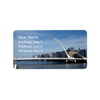 Puente sobre etiquetas de dirección de Dublín