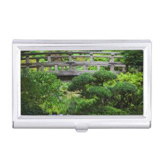 Puente sobre la charca en el jardín japonés caja de tarjetas de presentación