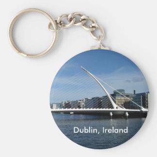 Puente sobre llavero del río de Dublín Irlanda