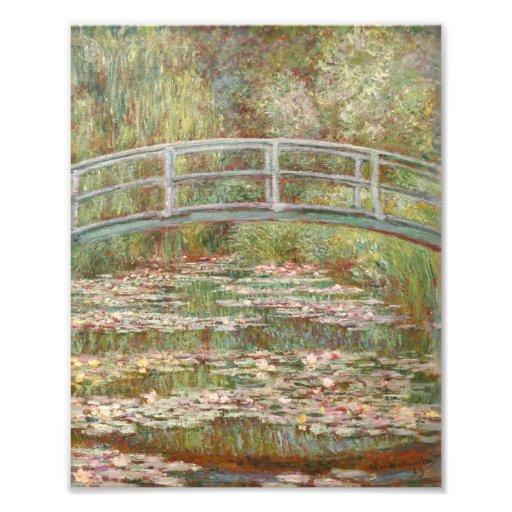 Puente sobre una charca de los lirios de agua arte fotográfico