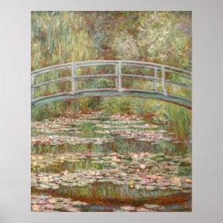 Puente sobre una charca de los lirios de agua póster